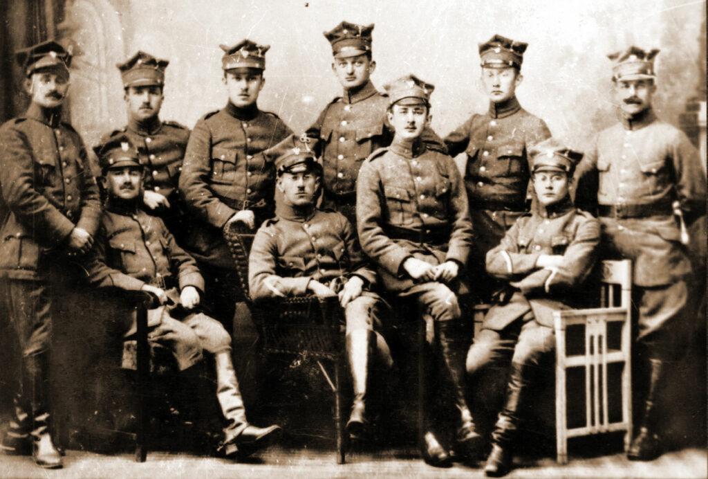 Siedzą: drugi z lewej Alojzy Nowak, czwarty z lewej Tadeusz Moellenbrock, stoją: czwarty z lewej Ludwik Rządkowski. szósty Antoni Skotarczak. Bobrujsk, 1919
