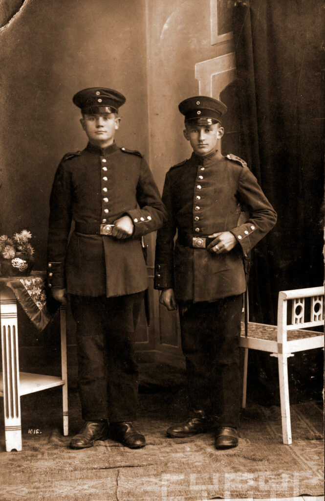 Andrzej Jankowiak (z prawej) z kolegą w mundurach niemieckich w czasie I wojny światowej