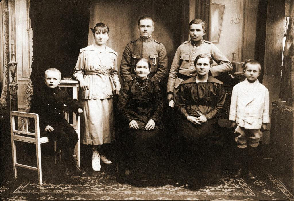 stoją od lewej:Salomea Cecylia Madaj (17.11.1903-28.03.1982), Antoni Madaj (1893-1968), Wojciech Madaj (1897-1976), siedzą od Lewej: Roman Madaj (1907-1962), Marianna Madaj ( zd. Musielak), Ewa Łagoda (zd. Madaj) (1891-1964), stoi pierwszy od prawej Józef Łagoda (1912-1943), syn powstańca wlkp. Antoniego Łagody. (zdjęcie udostępnił Remigiusz Maćkowiak)