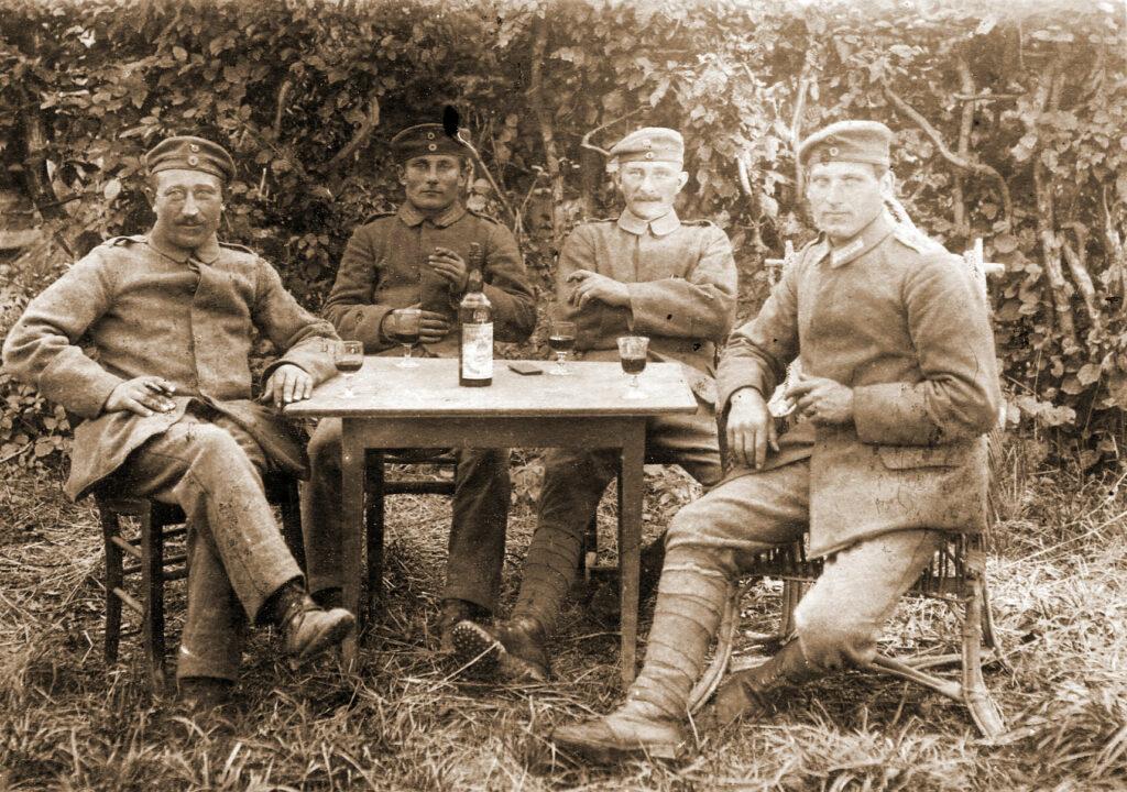 Feliks Defitowski w czasie I wojny światowej (pierwszy z lewej)