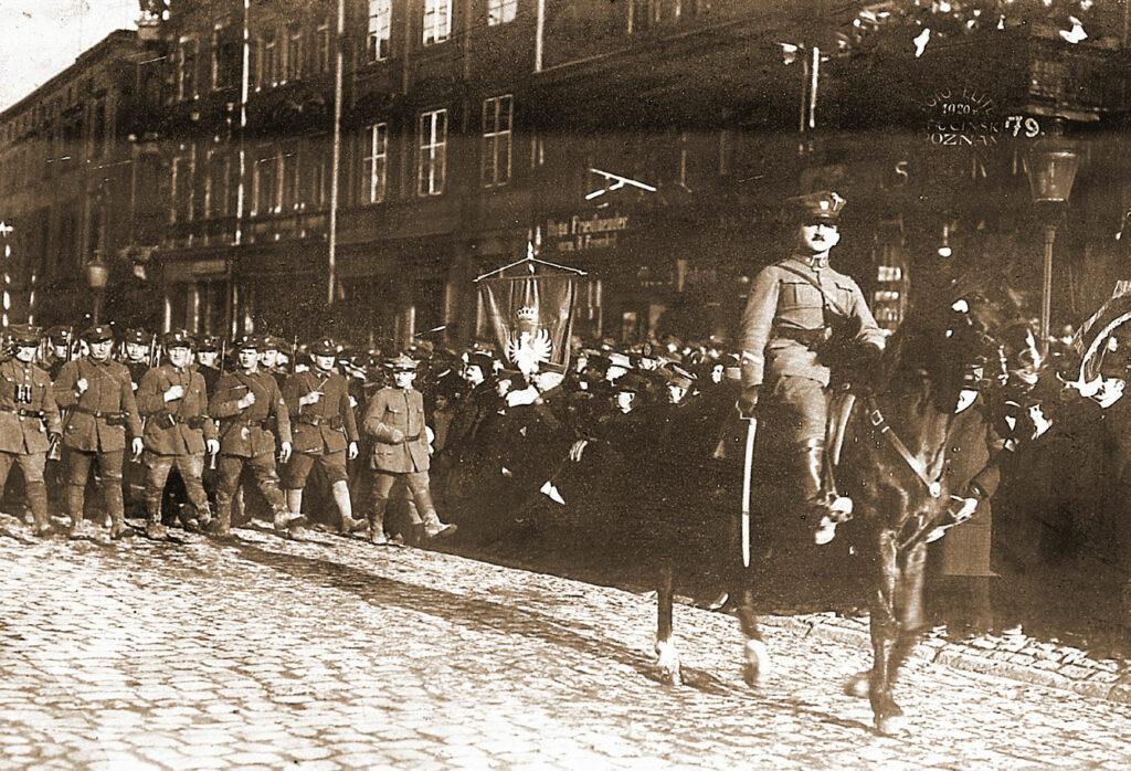 Józef Trawiński na czele swoich żołnierzy podczas defilady.