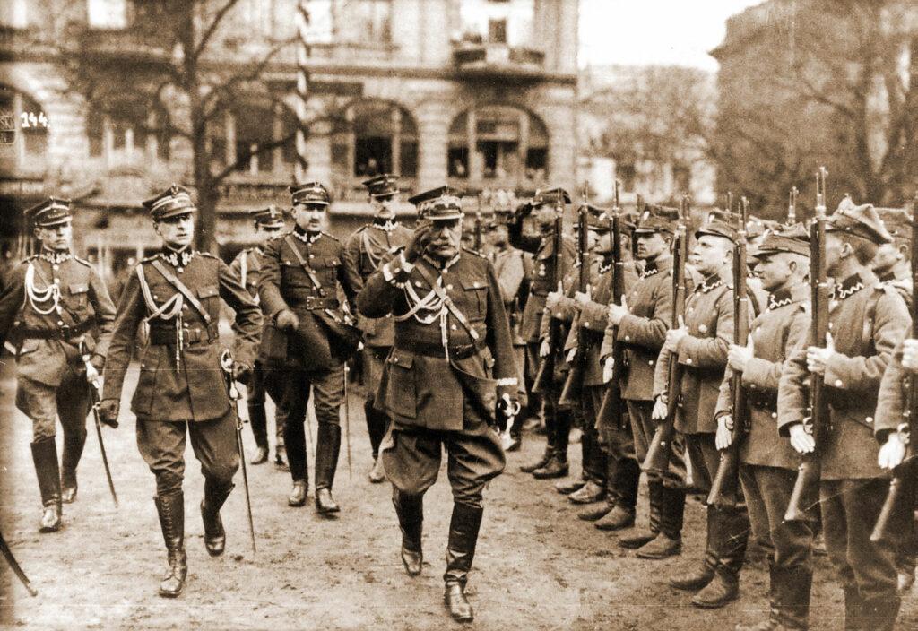Gen. Grudzielski przed frontem wojska na placu Wolności w Poznaniu. Z lewej S. Taczak, z tyłu T. Fenrych