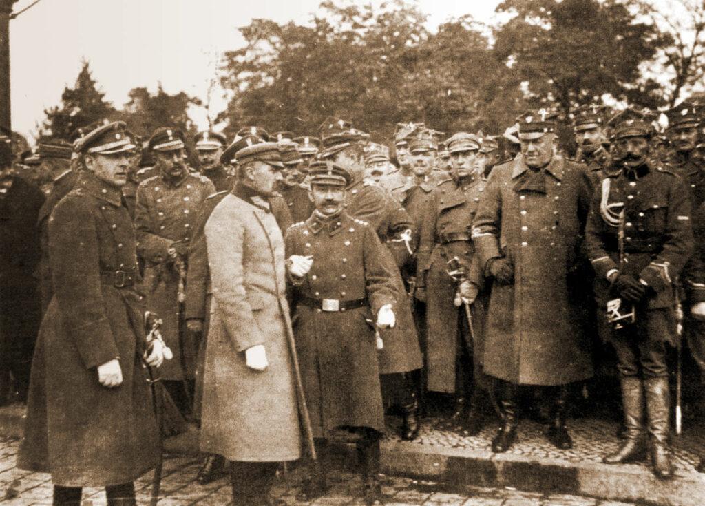 Podczas wizyty Piłsudskiego (na pierwszym planie) w Poznaniu, Grudzielski stoi czwarty z prawej