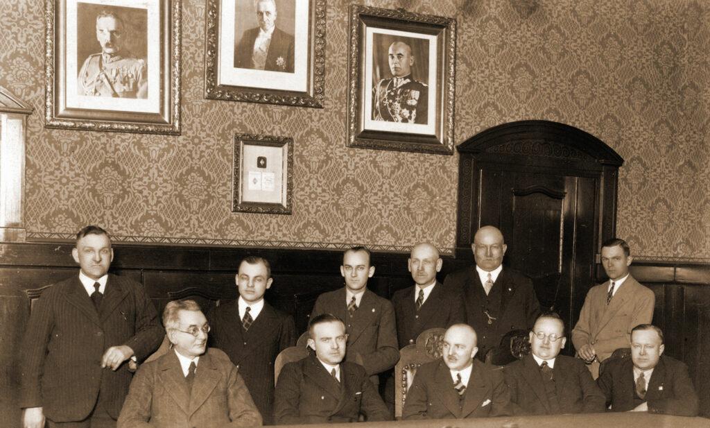 Alfons Janicki (stoi pierwszy od prawej) - Zarząd Miejski we Wrześni rok 1938 (zdjęcie udostępnił Remigiusz Maćkowiak)