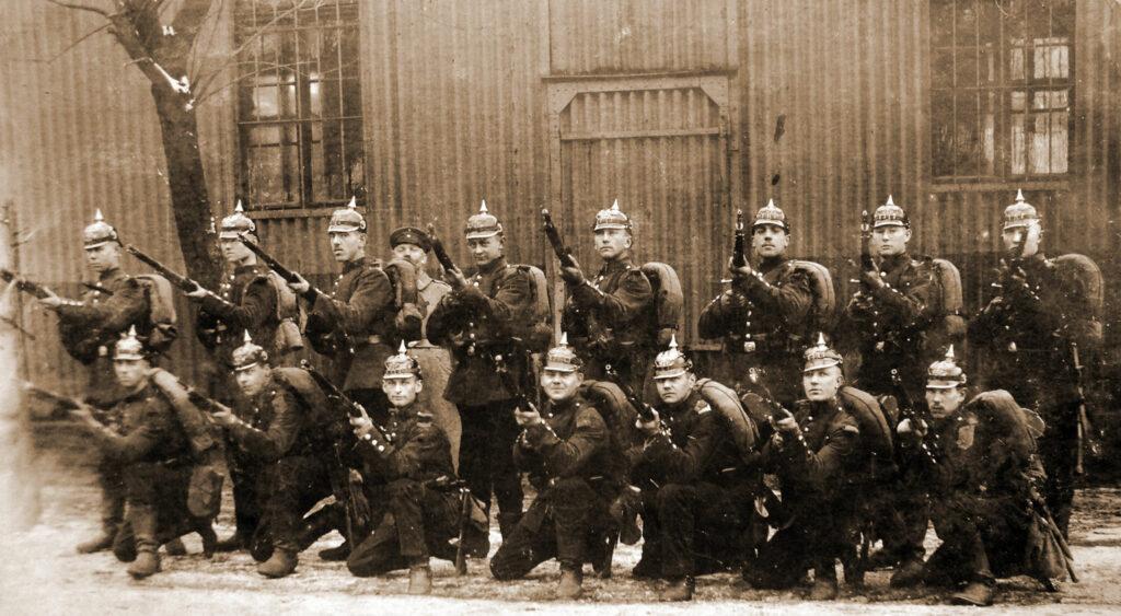 Franciszek Kęsy (stoi trzeci od prawej) (zdjęcie udostępnił Remigiusz Maćkowiak)