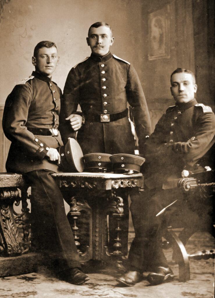 Franciszek Kęsy (siedzi pierwszy z prawej) (zdjęcie udostępnił Remigiusz Maćkowiak)