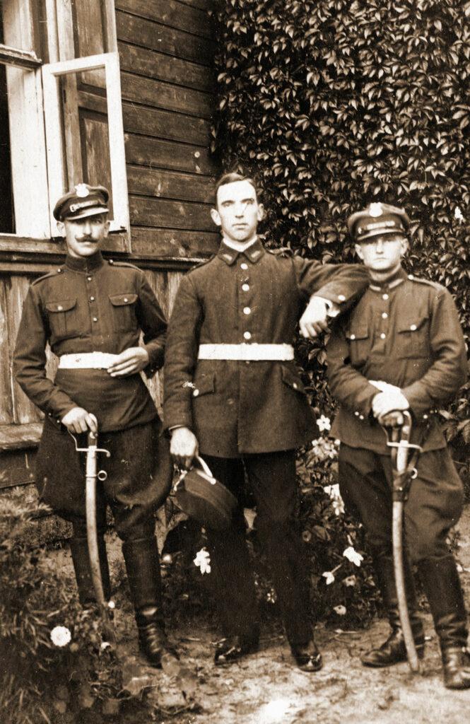 Ułan Jakub Pachowiak (w środku) (zdjęcie udostępnił Remigiusz Maćkowiak)