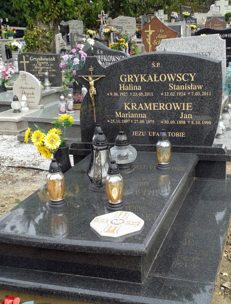 Jan Kramer pochowany w grobie rodzinnym na cmentarzu Świętego Krzyża w Gnieźnie sektor R, rząd 1, grób nr 6 ( przy głównym garnku za krzyżem po lewej stronie) (zdjęcie udostępnił Waldemar Kiełbowski)