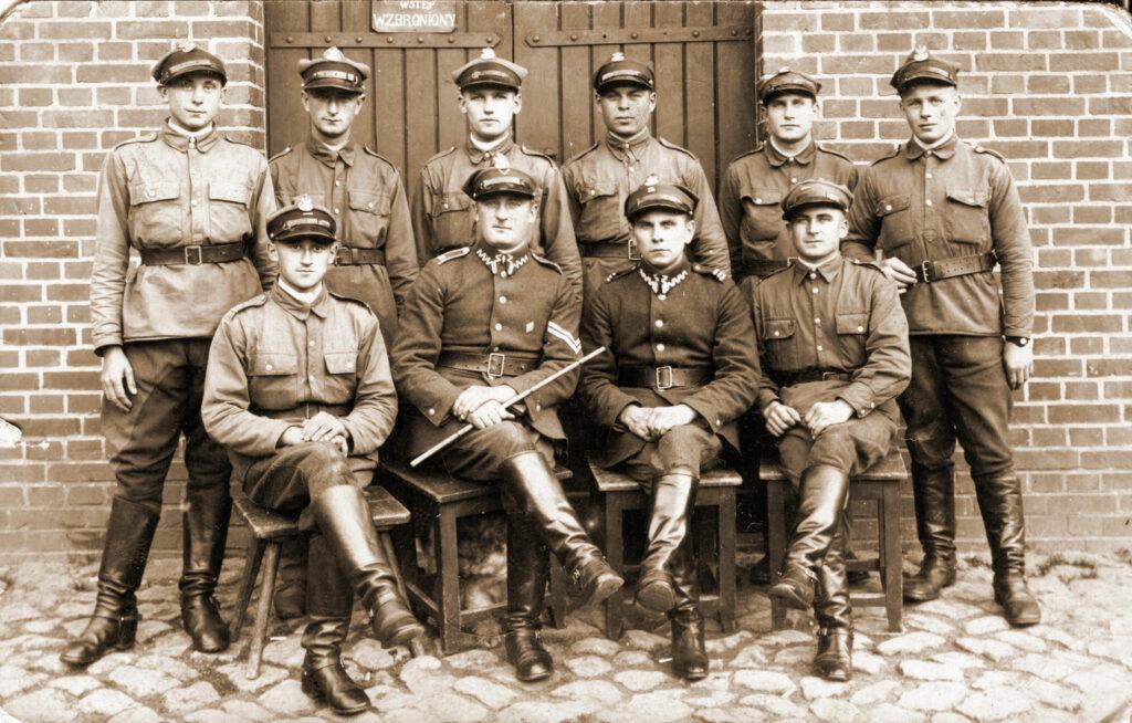 Stanisław Dutkiewicz podoficer 68 pp (siedzi drugi od lewej) (zdjęcie udostępnił Remigiusz Maćkowiak)