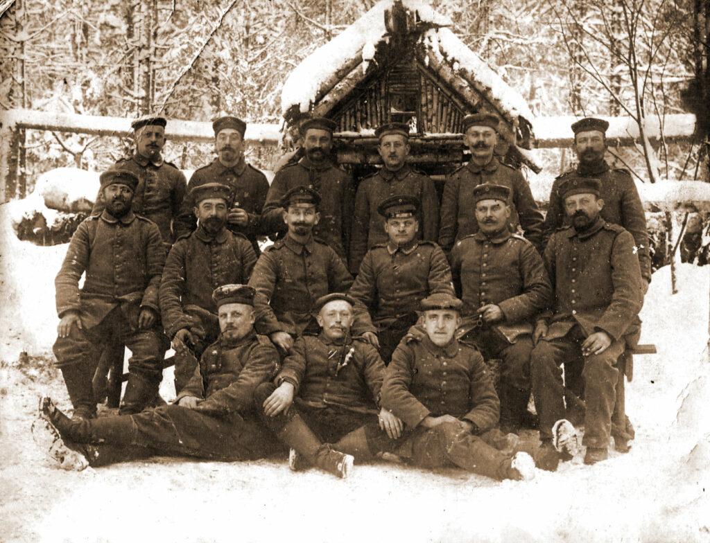 Stanisław Olejniczak (stoi drugi od lewej) (zdjęcie udostępnił Remigiusz Maćkowiak)