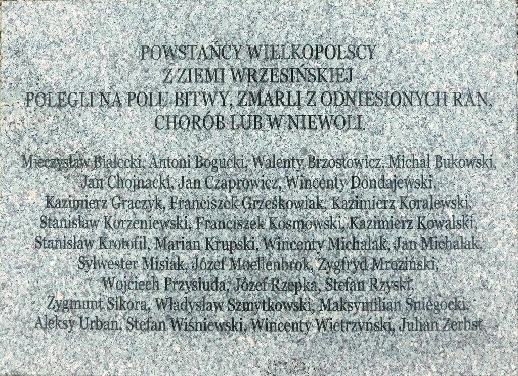 Tablica upamiętniająca poległych i zmarłych z ran powstańców powiatu wrzesińskiego znajdująca się na Pomniku Powstańców Wielkopolskich na cmentarzu parafialnym we Wrześni