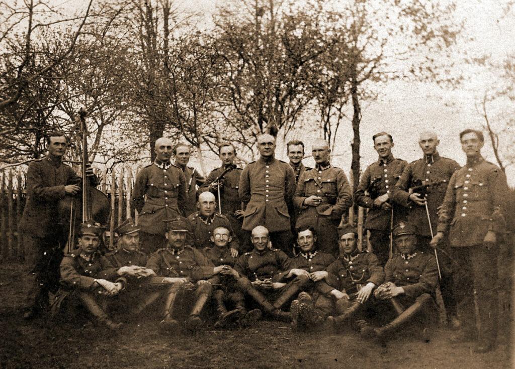 Ignacy Wojewoda (czwarty od lewej stoi ze skrzypcami)- orkiestra 10 Pułku Strzelców Wielkopolskich (zdjęcie udostępnił Remigiusz Maćkowiak)