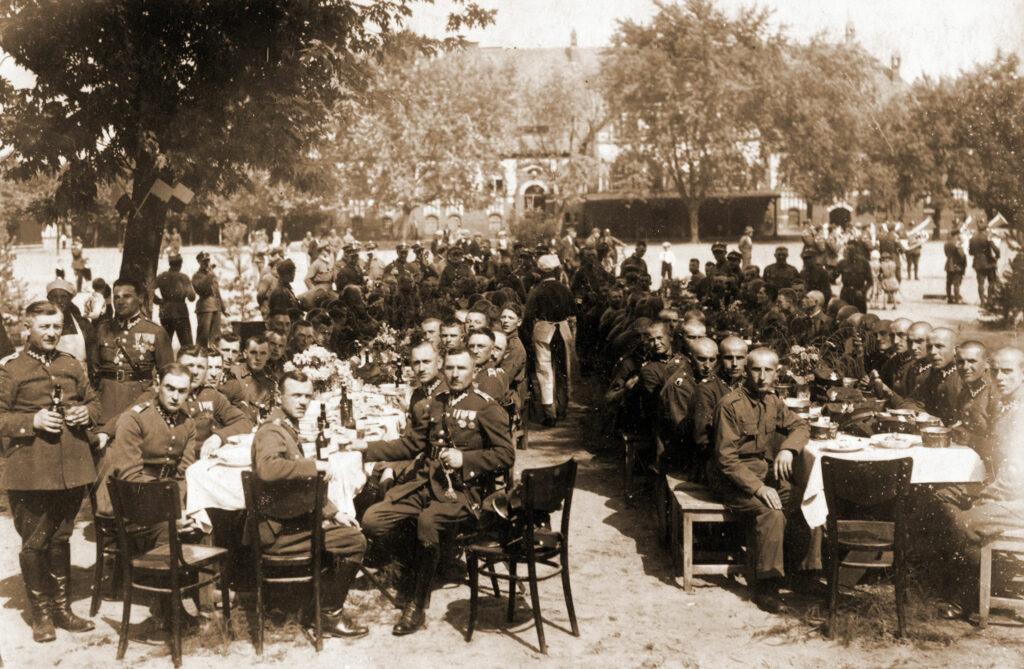 Michał Nowaczyk - siedzi na pierwszym planie z szablą (zdjęcie udostępnił Remigiusz Maćkowiak)