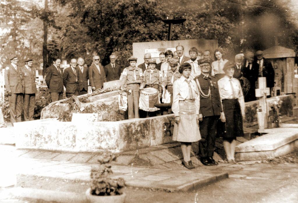 Wrzesińscy weterani i harcerze na cmentarzu w Szubinie. Na pierwszym planie Nikodem Bindulski