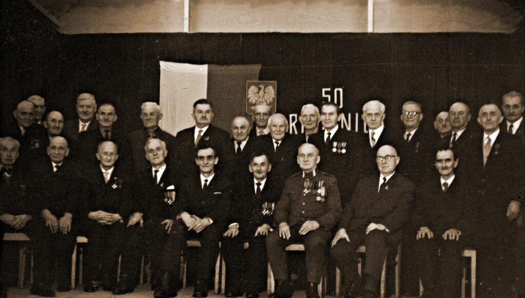 Stefan Dopieralski - siedzi w pierwszym szeregu, czwarty od prawej, w gronie Powstańców Wielkopolskich z Pobiedzisk, na scenie w pobiedziskiej sali miejskiej - uroczystość z okazji 50-tej rocznicy wybuchu Powstania Wielkopolskiego w 1968 r. (zdjęcie udostępnił Karol Górski)