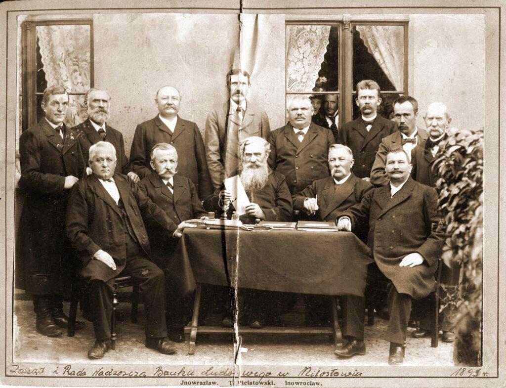 Zarząd i Rada Nadzorcza Banku Ludowego w Miłosławiu. Jeziorkowski Władysław siedzi pierwszy od prawej. (zdjęcie udostępnił Remigiusz Maćkowiak)