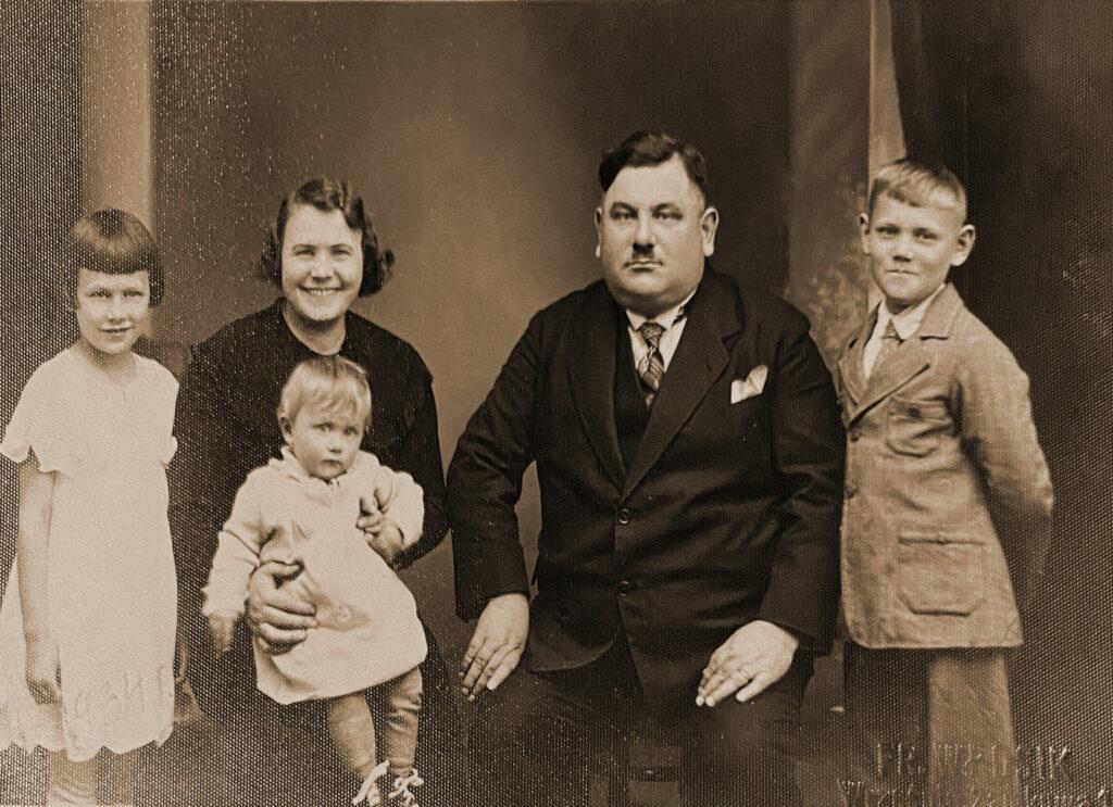 Ludwik Patyk z żoną Pelagią i dziećmi: Aleksandrą, Barbarą i Zdzisławem (zdjęcie udostępnił Remigiusz Maćkowiak)