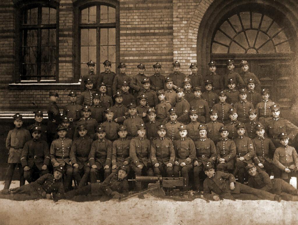 Sylwester Przybylski - zdjęcie z zakończenia kursu obsługi CKM w Poznaniu w 1919 r. Sylwester Przybylski siedzi  w pierwszym rzędzie 7 od lewej. (zdjęcie udostępnił Adam Banaszak)