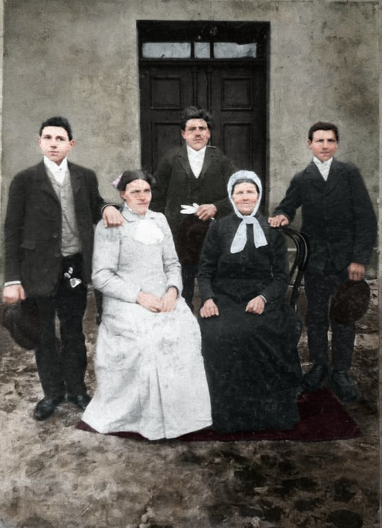 Weronika Wętkowska z dziećmi: Wacław Wętkowski w środku, po lewej stronie jego brat Czesław Wętkowski,  po prawej brat Aleksander Wętkowski, siedzą od lewej siostra Teresa Wętkowska obok matka Weronika Wętkowska z domu Berdzińska. (zdjęcie udostępnił Janusz Dzikowski)