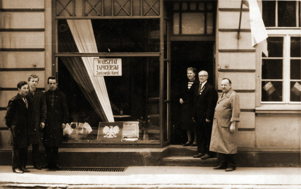 Warsztat Karola Jankowskiego, rok 1968 - od lewej Robert Kołodziejczyk,  Łucjan Stróżewski, Jan Czerniak, Stefania Jankowska, Karol Jankowski, Marian Staniszewski