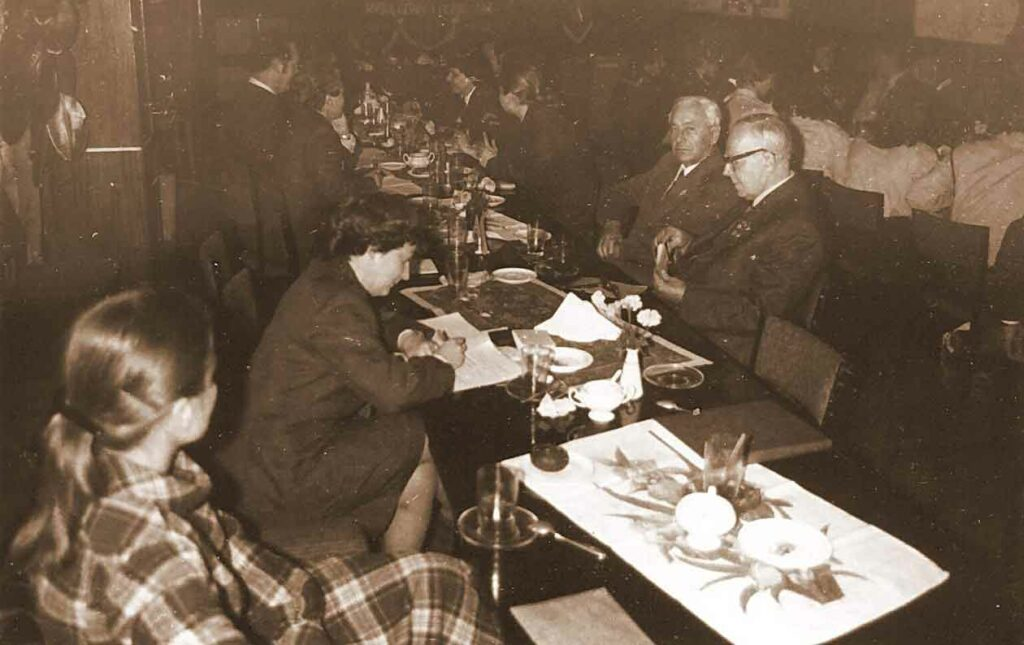 25.10.1980 - VII Konferencja Sprawozdawczo-Wyborcza Hufca ZHP we Wrześni - w głębi weterani Władysław Sławski i Czesław Schoen