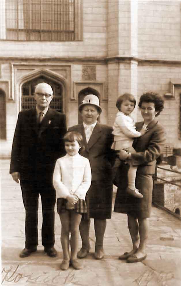 Kazimierz Sobczak z żoną, córką i wnuczkami (zdjęcie udostępnił Piotr Janiak)