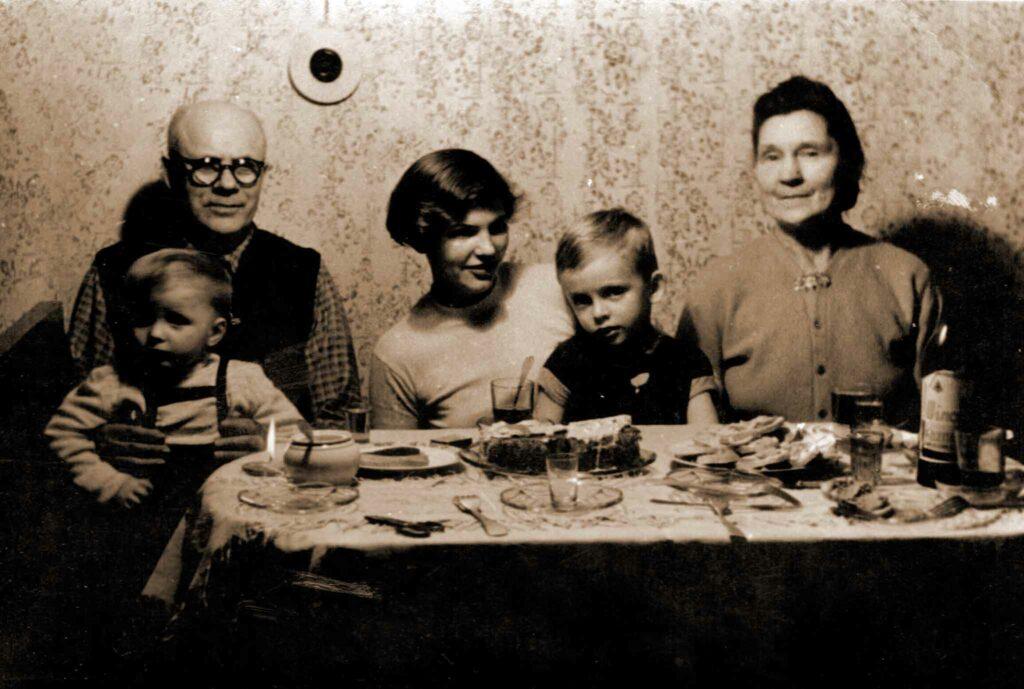 Władysław Nowak z córką  Ireną i wnukami  Ryszardem i Jackiem oraz z żoną Teklą lata 60. XX w, Poznań (zdjęcie pochodzi ze strony http://historia.orzechowo.org/index.php/historia/powstanie-wielkopolskie/powstancy-wielkopolscy-z-orzechowa/)
