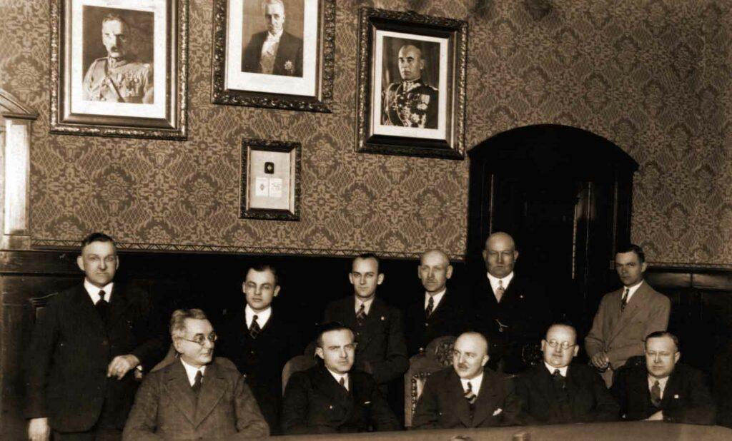 Pracownicy Zarządu Miasta Wrześni 1938 r. Franciszek Kubiak siedzi pierwszy od prawej (zdjęcie udostępnił Remigiusz Maćkowiak)
