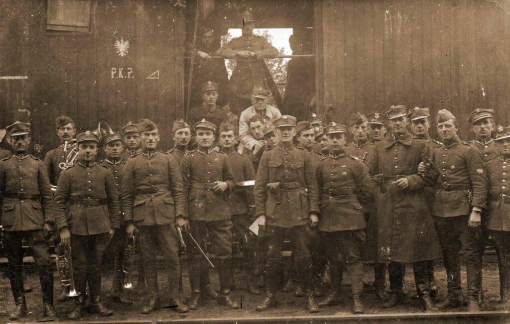 Wincenty Tomczak - stoi czwarty od prawej (zdjęcie udostępnił Remigiusz Maćkowiak)