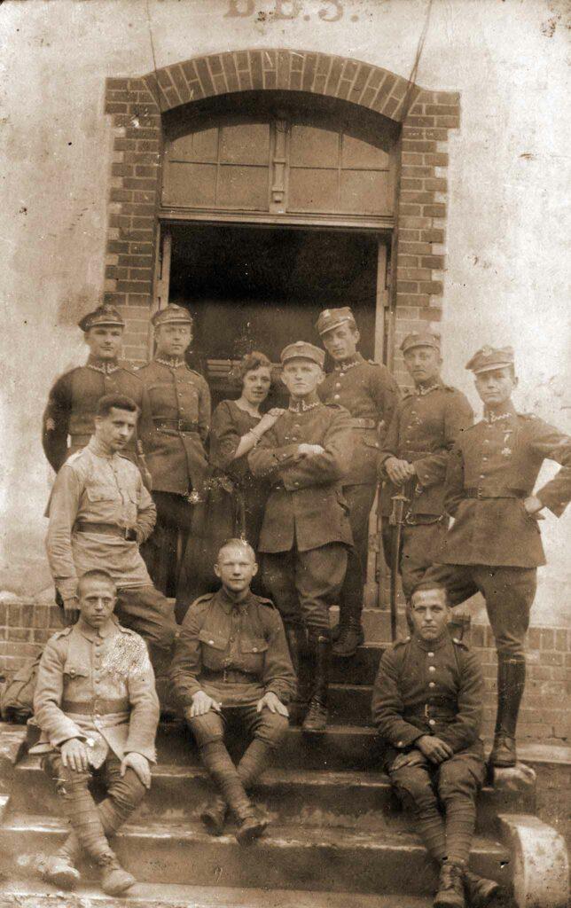 Wincenty Tomczak - stoi pierwszy z prawej (zdjęcie udostępnił Remigiusz Maćkowiak)