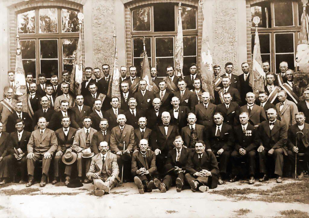 Jan Kołodziejski - zjazd Kółek Rolniczych w Sokolnikach , trzeci od prawej w pierwszym rzędzie (z medalami) siedzi Jan Kołodziejski (zdjęcie udostępnił Remigiusz Maćkowiak)