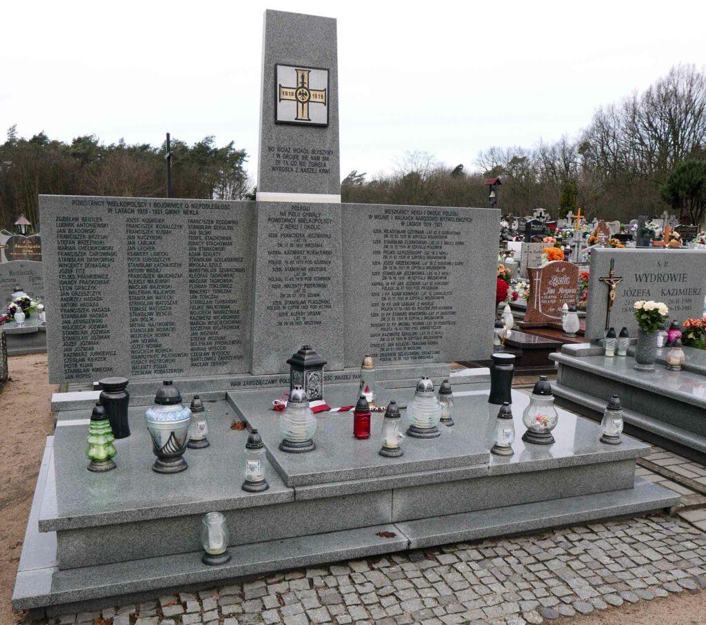 Pomnik Powstańców Wielkopolskich na cmentarzu parafialnym w Nekli