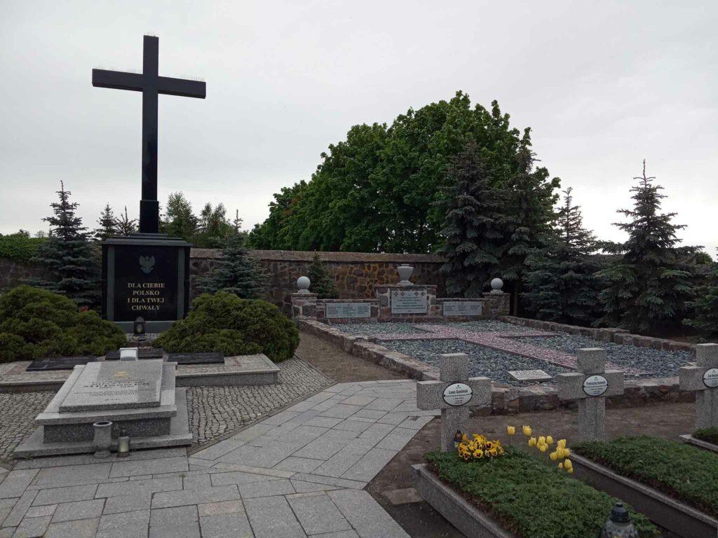 Kwatera grobów powstańców wielkopolskich na cmentarzu przy ul. Nekielskiej w Środzie Wielkopolskiej