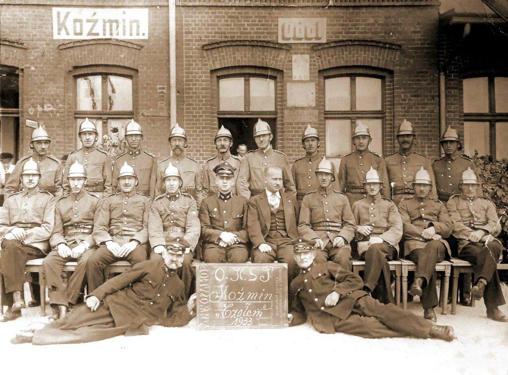 Ignacy Grodziński siedzi czwarty od prawej. O.K.S.P - Ochotnicza Kolejowa Straż Pożarna w Koźminie Wlkp. (zdjęcie udostępnił Remigiusz Maćkowiak)