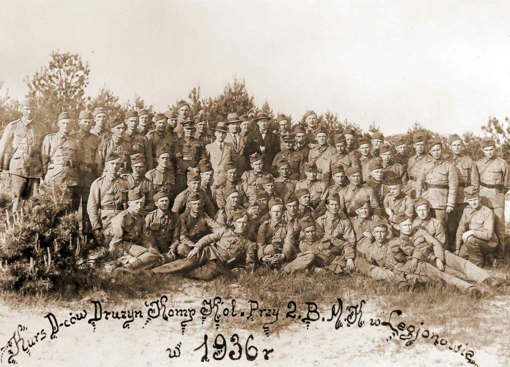 Ignacy Grodziński kuca w pierwszym rzędzie, czwarty od prawej, nad leżącymi, oznaczony kropką (zdjęcie udostępnił Remigiusz Maćkowiak)