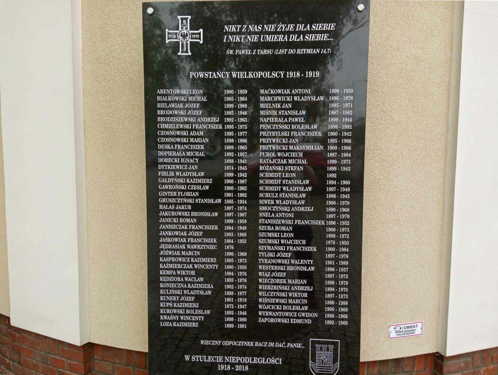 Tablica przy cmentarzu Parafii pw. Matki Bożej Wspomożycielki Wiernych