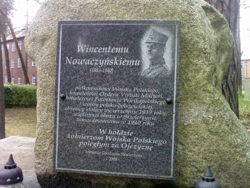 Wincenty Nowaczyński - Tablica pamiątkowa w koszarach w Skwierzynie poświęcona płk. Wincentemu Nowaczyńskiemu