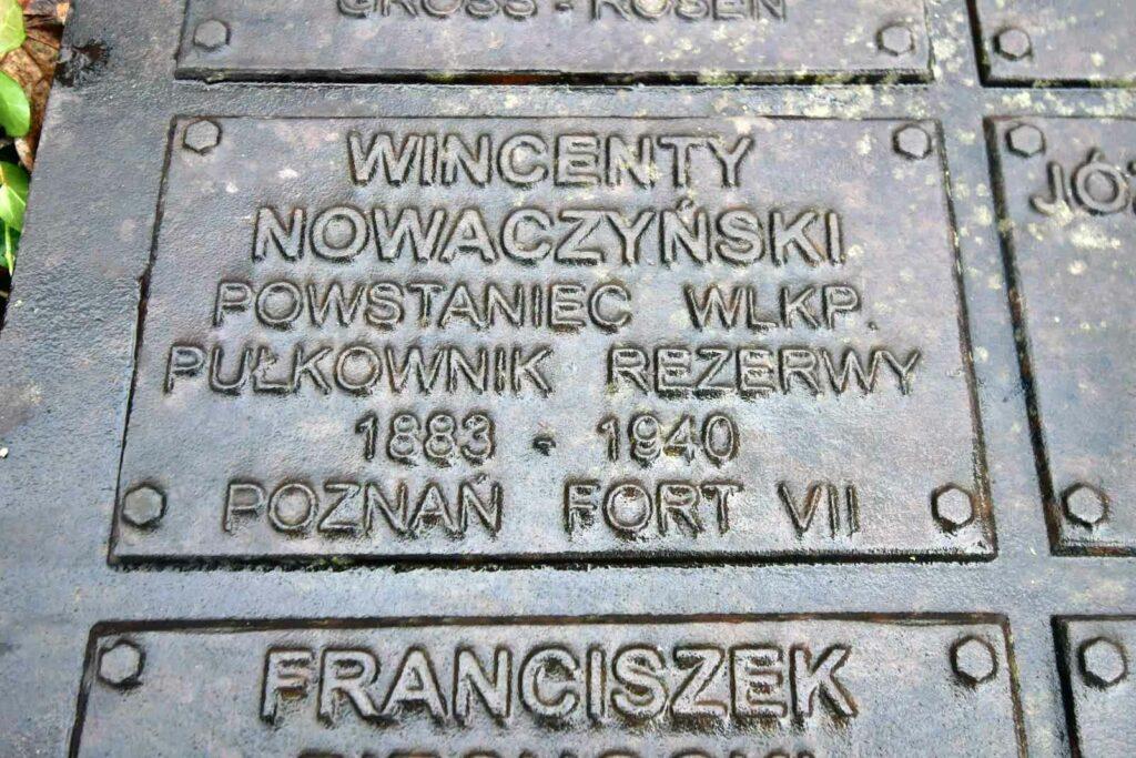 Wincenty Nowaczyński - Tabliczka upamiętniająca płk. Wincentego Nowaczyńskiego na pomniku Polskiego Państwa Podziemnego i Armii Krajowej w Poznaniu.