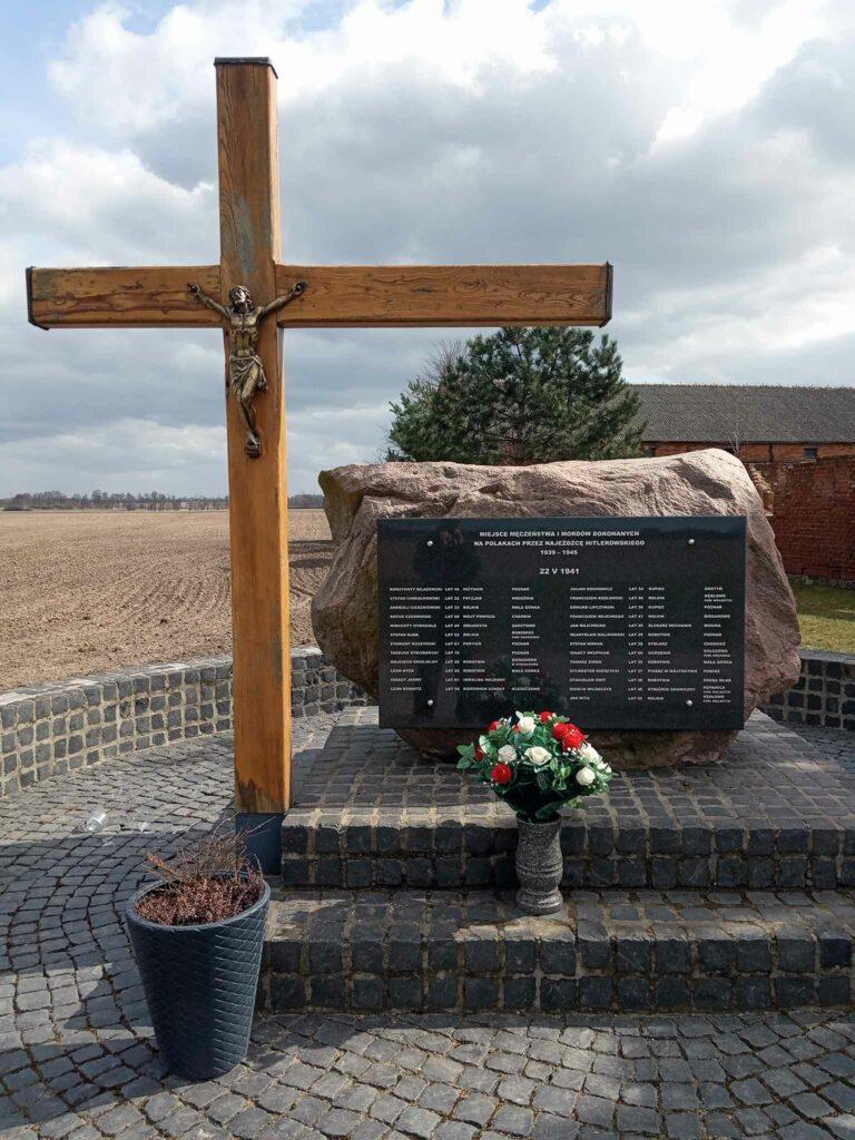 Mała Górka - tablica upamiętniająca rozstrzelanych (zdjęcie udostępnił Remigiusz Maćkowiak)