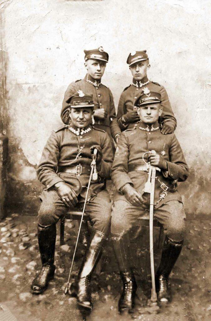 Stanisław Fengler (stoi po prawej), przed nim siedzi jego ojciec Andrzej Fengler. Zdjęcie wykonane w Kępnie (fotografię udostępnił Waldemar Śliwczyński)
